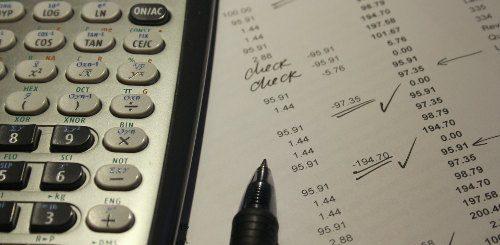 Rachunki długi - długopis, kartka i kalkulator